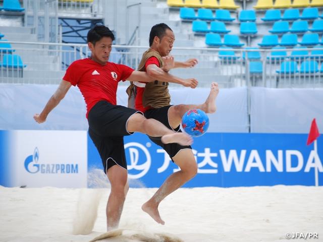 ビーチサッカー日本代表 試合本番の会場で公式練習 ピッチの感触を確かめる