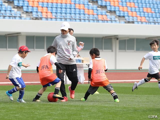 なでしこジャパン高倉監督が「MS&ADサッカー教室 in 長崎」で県内の小学生たちとサッカーを楽しむ