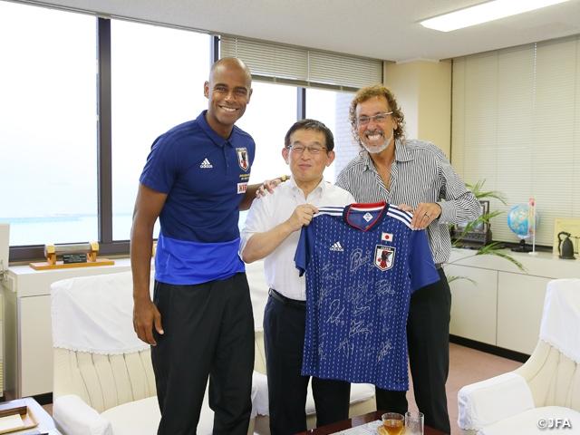 ビーチサッカー日本代表、明石合宿5日目に明石市役所へ表敬訪問を行う